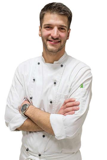 Χρήστος Φανίδης. Καθηγητής Μαγειρικής του ΙΕΚ PRAXIS. Chef de Partie (Pastry-Bakery) στο εστιατόριο ΣΠΟΝΔΗ (** Michelin).