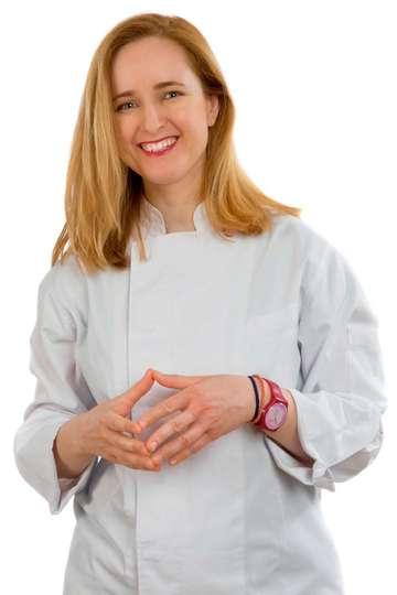 """Ηρώ Κορδώνη. Καθηγήτρια ΙΕΚ PRAXIS. Τεχνικός Μαγειρικής Τέχνης (απόφοιτη του ΙΕΚ PRAXIS). Sous Chef στο Εστιατόριο """"SENSE"""" (Ξενοδοχείο ATHENS WAS)"""