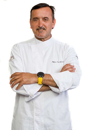 Ο Νίκος Κουκιάσας, μέτρ του παγωτού, είναι ο Pastry Chef και ιδιοκτήτης του Casa Dolce Gelateria στην Μύκονο.