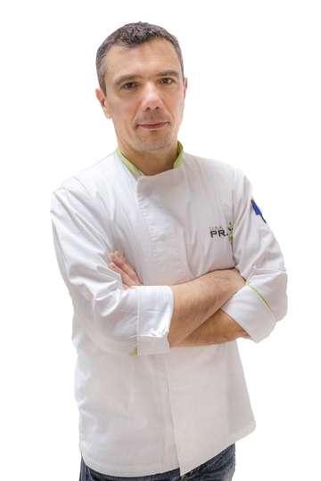 Αντώνης Λουκέρης. Καθηγητής ΙΕΚ ΡRAXIS. Ζαχαροπλάστης Α' στο ΜΟΝΤ PΑRΝΕS. Μόνιμη Εξωτερική Συνεργασία με το Cafe - Restaurant ''ΠΙΣΙΝΑ''.