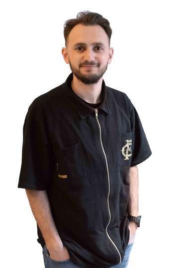 Βασίλης Παρασκευόπουλος. Καθηγητής ΙΕΚ PRAXIS. Κομμωτής. Δίπλωμα Επαγγελματικής Ειδικότητας Επαίδευσης και Κατάρτισης Επιπέδου 5 (Πιστοποίηση).